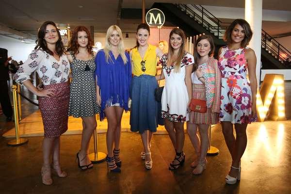 As blogueiras Tete Feder (azul) e Daniele Chevalier (amarelo) com as finalistas da ação Look Secreto