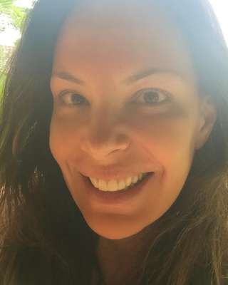 Carolina Ferraz mostrou o rosto sem retoques ou produtos de beleza em sua conta no Instagram