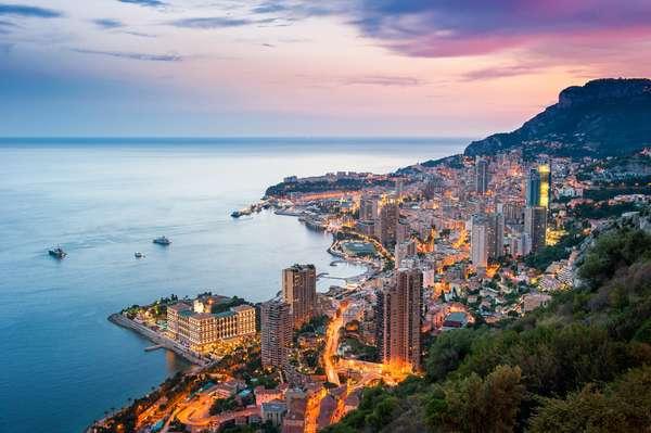 Companhias como a Azamara Club Cruises levam hóspedes para a bela Monte Carlo durante a época do GP de Fórmula 1