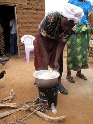 Um dos modelos de fogão da Envirofit em uso na região de Nairóbi, no Quênia