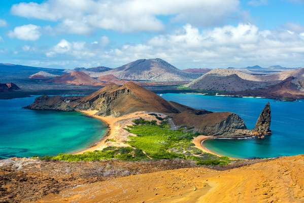 As ilhas Galápagos, no Equador, são um dos lugares mais remotos e inabitados do continente sul-americano. Passeios de caiaque, caminhadas e mergulho são algumas das formas de se conhecer a região quase inabitada e repleta de bela vida selvagem, como as gigantes tartarugas das galápagos. Praias repletas de leões-marinhos, mergulho de snorkel entre esses e outros animais, pinguins, peixes exóticos, patolas de pés azuis dominam as ilhas e deixam os humanos em segundo plano.