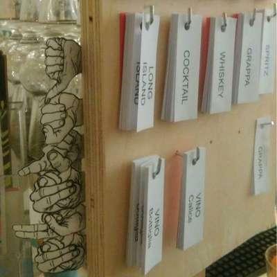 Se um surdo estiver trabalhando no balcão, clientes podem usar bilhetes com o nome de bebidas