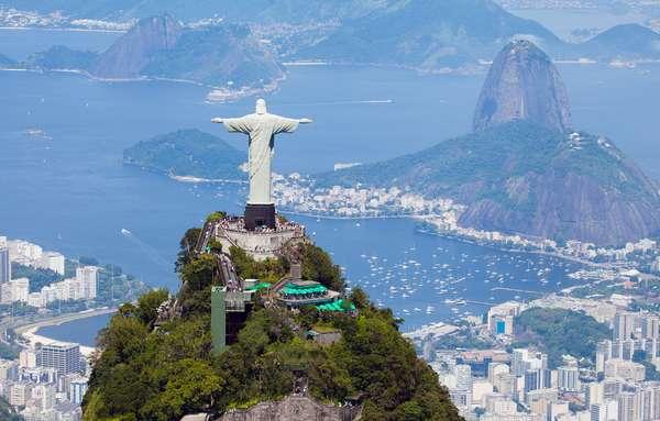 O cruzeiro de Carnaval do MSC Lirica leva os hóspedes para curtir a folia em Salvador. O navio parte do Rio de Janeiro em 7 de fevereiro para viagem de seis noites com escalas em Salvador e Ilhéus. Cabines a partir de R$ 3.046,81 por pessoa, mais taxas