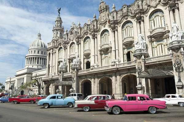 Modelos de carros das décadas de 1950 e 1960 são comuns na paisagem cubana: o regime socialista instalado em 1959 levou ao embargo de diversos bens e produtos, incluindo veículos
