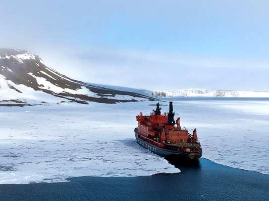 Quebra-gelos nuclear - Para atravessar grandes áreas congeladas é necessário ser robusto e potente. E é isso o que faz o 50 Years of Victory, o maior quebra-gelo nuclear do mundo. Esse gigante de 150,7 metros de comprimento e 30 metros de largura levou 20 anos para ficar pronto, consegue atravessar camadas de gelo de até 2,5 metros de profundidade e é movido por dois reatores nucleares. Atualmente ele faz cruzeiros pelo Polo Norte pela Quark Expeditions