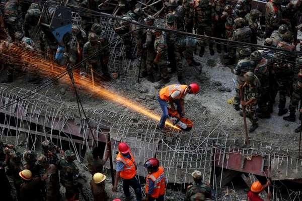 Equipes de resgate trabalham nos escombros da ponte em construção que desabou deixando vários soterrados em Calcutá, na Índia