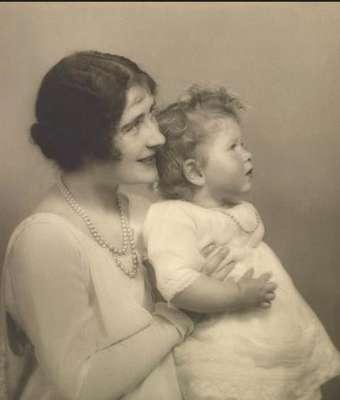 Mãe de Elizabethm a duquesa de York, com a princesa em 30 de junho 1927. A fotografia foi tirada três dias depois do duque e da duquesa de York voltarem de um período de seis meses na Austrália e na Nova Zelândia.