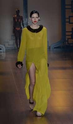 Túnica transparente de Adriana Degreas tem apenas hot pants por baixo, deixando o dorso à vista: sensualidade delicada