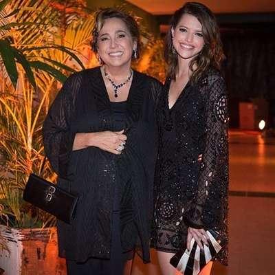 """Este mês, Agatha Moreira posou toda sorridente ao lado da atriz Cláudia Jimenez, sua """"mãe"""" na novela Haja Coração"""