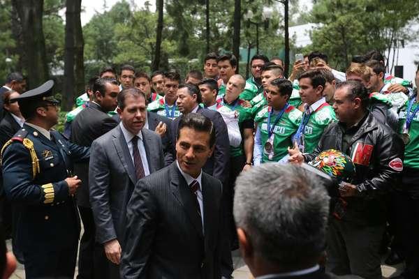 Visita de la Selección U19 durante la ceremonia de abanderamiento de la delegación mexicana que participará en los próximos Juegos Olímpicos de Río 2016