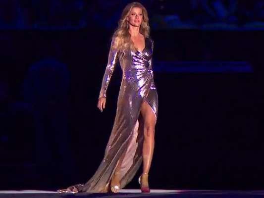 Gisele Bündchen usa vestido de estilista brasileiro em cerimônia