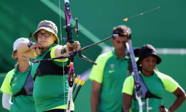 Sara Nikitin, do tiro com arco (Foto: Jewel Samad/AFP)