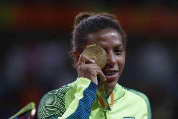 Rafaela Silva comemora medalha de ouro no Rio
