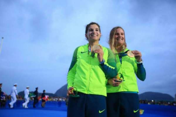 Martine Grael e Kahena Kunze triunfaram na classe 49er FX da vela e levaram o ouro