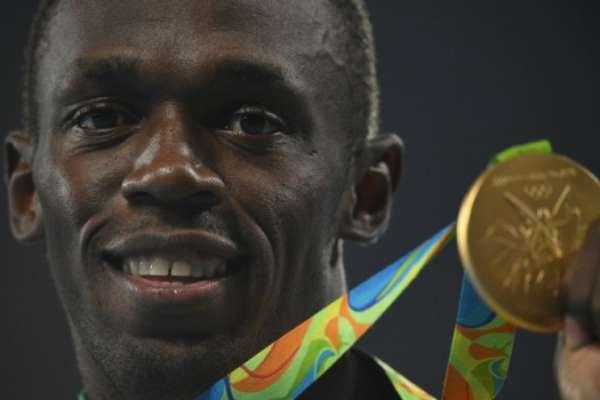 Usain Bolt com o ouro que levou nos 200 m