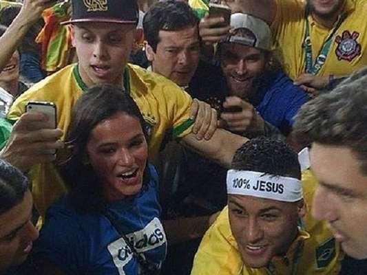 Neymar aparece ao lado de Bruna Marquezine na arquibancada do Maracanã após conquista do ouro e fãs pedem retomada do casal, em 20 de agosto de 2016