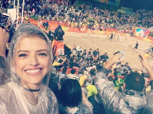 Mesmo com chuva, Agatha Moreira não perdeu o sorriso que se instalou em seu rosto ao presenciar a conquista do ouro da dupla de vôlei de praia masculino Alison e Bruno
