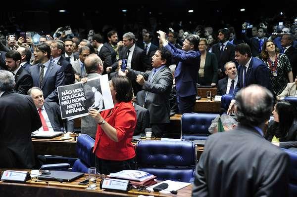 Senadores celebram e tiram fotos com seus celulares do placar no momento em que a votação pela cassação de Dilma Rousseff teve resultado anunciad