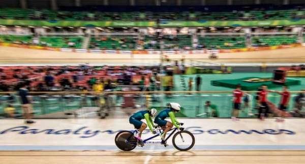 Márcia Fanhani, cega, faz parceria com a piloto Mariane Ferreira, no ciclismo