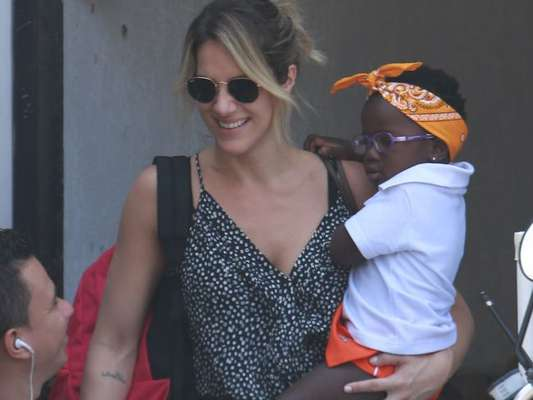 Giovanna Ewbank busca a filha, Titi, na natação nesta segunda-feira, 19 de setembro de 2016