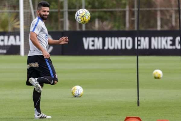 Guilherme voltou a treinar em campo no Corinthians