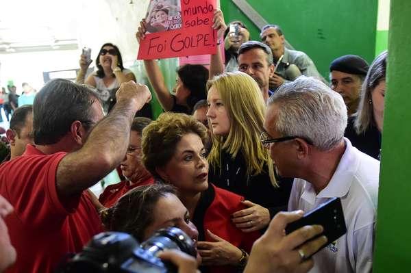 A ex-presidente Dilma Rousseff votou em Porto Alegre em meio à confusão entre jornalistas e policiais