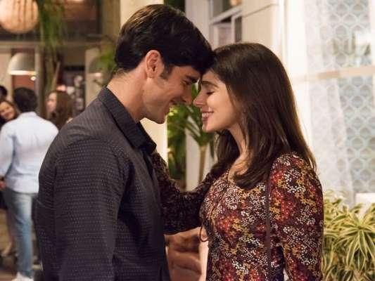 Depois de sair da cadeia, Shirlei (Sabrina Petraglia) aceita pedido de casamento feito por Felipe (Marcos Pitombo) na praia, com direito a anel de diamantes, nos próximos capítulos da novela 'Haja Coração'