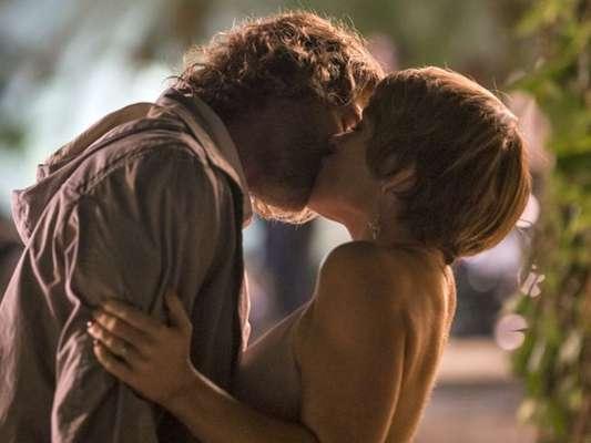 Pedro (Reynaldo GIanecchini) não resiste e beija Helô (Claudia Abreu), em cena prevista para ir ao ar dia 10 de outubro de 2016, na novela 'A Lei do Amor'