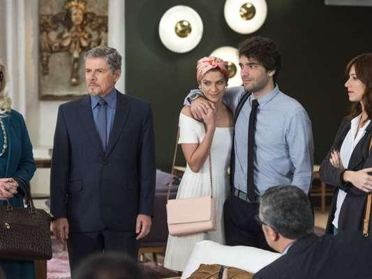 'A Lei do Amor': Tiago (Humberto Carrão) se irrita com Tião (José Mayer) por anunciar seu noivado com Letícia (Isabella Santoni)