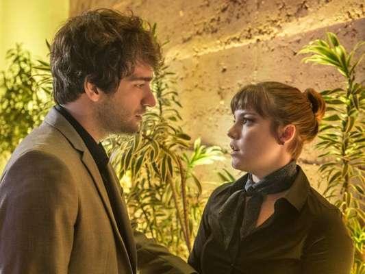 Tiago (Humberto Carrão) e Isabela (Alice Wegmann) se beijam, na novela 'A Lei do Amor', em 28 de outubro de 2016