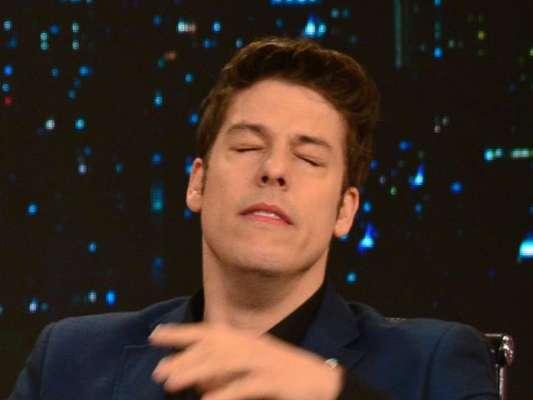 Fábio Porchat teve um mal-estar ao cheirar tabaco em pó durante o 'Programa do Porchat', exibido na madrugada desta quarta-feira, 26 de outubro de 2016: 'Ritual de suicídio?'