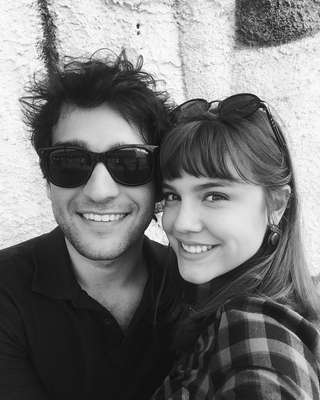 Nossa galeria começa com uma selfie sorridente do casal que promete dar o que falar na novela A Lei do Amor, vividos por Alice Wegmann (Isabella) e Humberto Carrão (Thiago)
