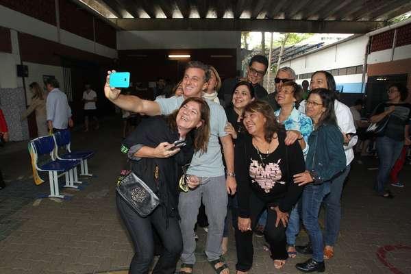 O apresentado Luciano Huck atendeu ao pedido de fãs e tirou selfie após votar em colégio no Rio de Janeiro (RJ) neste domingo (30)