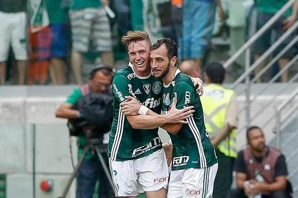 Fabiano comemora com Edu Dracena o gol que abriu o placar no Allianz Parque