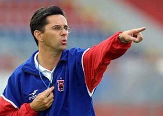 Em 2000 iniciou carreira de técnico no Paraná, clube onde ganhou, como jogador, o título paranaenese de 1997