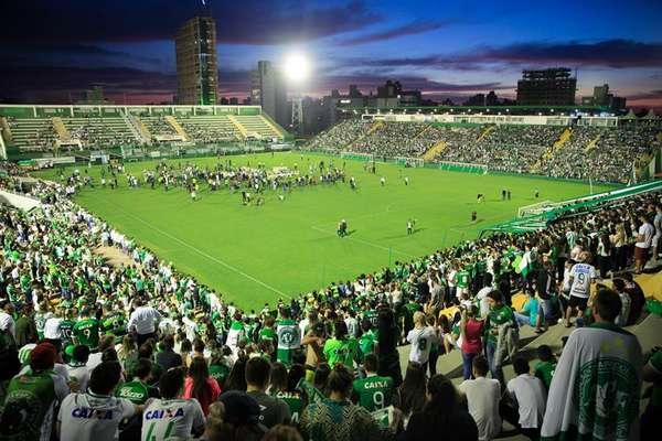 Milhares de torcedores lotaram a Arena Condá, em Chapecó (SC), em noite de emocionante homangem nesta quarta-feira (30), no horário em que a Chapecoense enfrentaria o Atlético Nacional, da Colômbia, pela final da Copa Sul-americana
