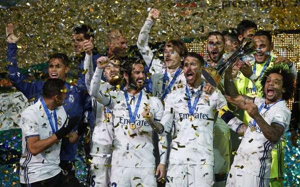 Real Madrid ergue o troféu de campeão no Mundial de Clubes da Fifa