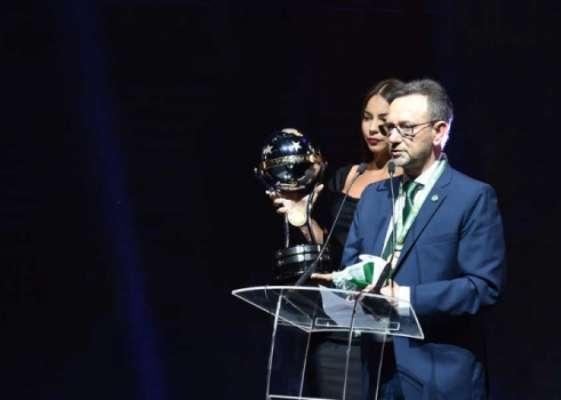 Presidente Plínio David de Nês, da Chapecoense, subiu ao palco para receber o troféu