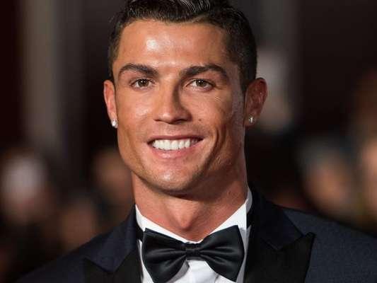 Cristiano Ronaldo posa com sua nova namorada em prêmio da Fifa nesta segunda-feira, dia 09 de janeiro de 2017