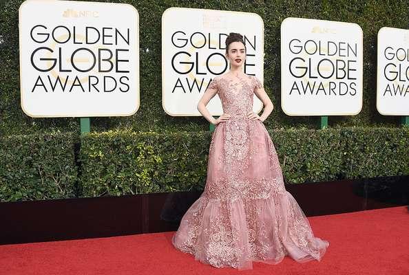Lily Collins y más estrellas desfilaron de rosa por la alfombra roja.