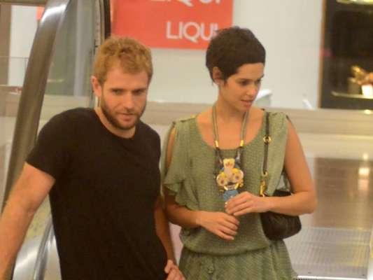 Maria Flor, intérprete da personagem Flávia na novela 'A Lei do Amor', foi fotografada na companhia do namorado em shopping do Rio nesta segunda-feira, 9 de janeiro de 2017