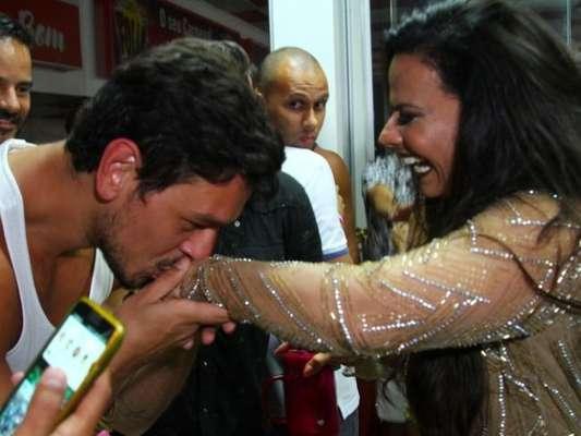 Viviane Araújo teve a mão beijada por João Vicente de Castro durante ensaio do Salgueiro