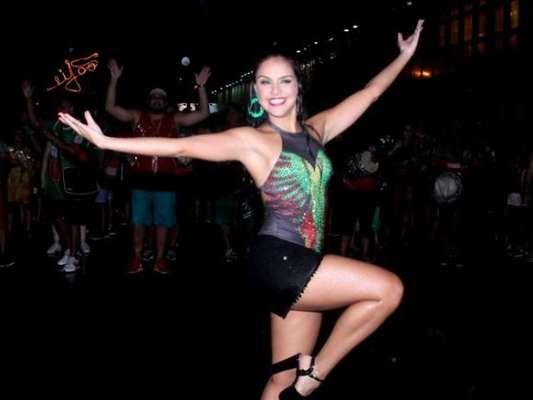Paloma Bernardi mostra samba no pé embaixo de chuva no ensaio de rua da Grande Rio, em 22 de janeiro de 2017