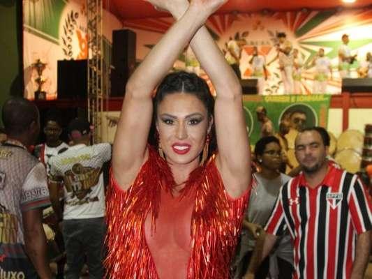Gracyanne Barbosa apostou em decotão sexy para curtir o ensaio da X-9 Paulistana neste domingo, 22 de janeiro de 2017