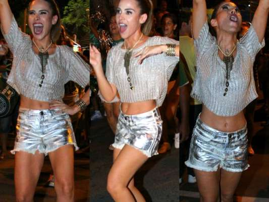 Wanessa se esbaldou no ensaio de rua da Mocidade, escola de samba carioca, nesta segunda-feira, 6 de fevereiro de 2017