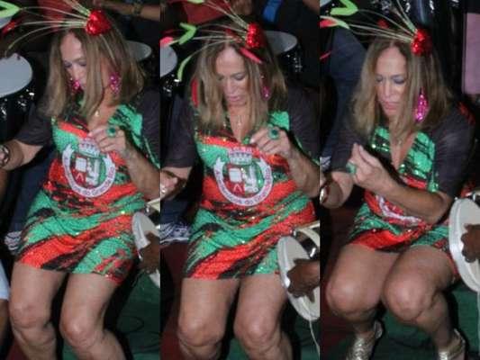 Susana Vieira usou vestido curto e rebolou até o chão em ensaio de carnaval na quadra da Grande Rio, na noite desta terça-feira, 7 de fevereiro de 2017