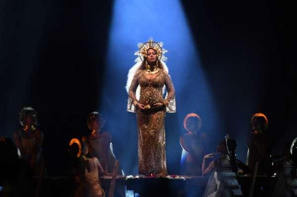 Beyoncé cantó embarazada en la edición 59 de los Grammy Awards.