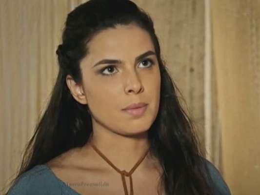 Aruna (Thais Melchior) consegue fugir das masmorras de Jerusalém, mas acaba sendo recapturada, ao lado do meio-irmão, Tobias (Raphael Vianna), na reta final da novela 'A Terra Prometida'