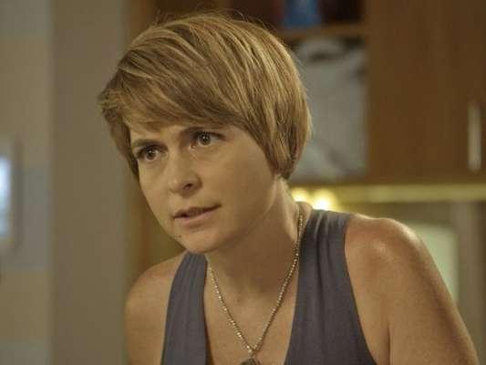 Grávida, Helô (Claudia Abreu) cai ao pisar em brinquedo de Stelinha (Maria Clara Mourão) e sente medo de sofrer outro aborto, na novela 'A Lei do Amor'