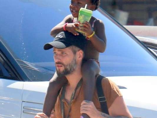 Bruno Gagliasso carrega a filha, Títi, nas costas após aula de natação nesta quarta-feira, dia 15 de fevereiro de 2017
